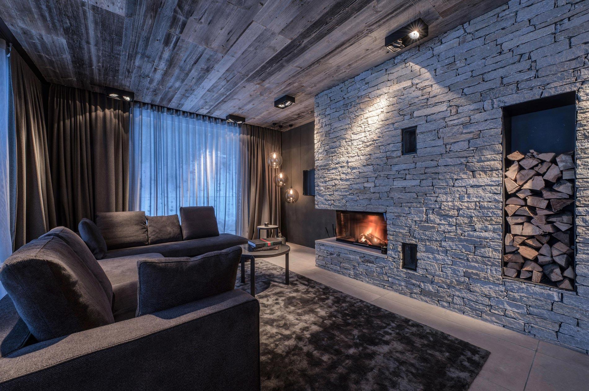 Wohnbereich Suite mit offenem Kamin im Hotel Zhero
